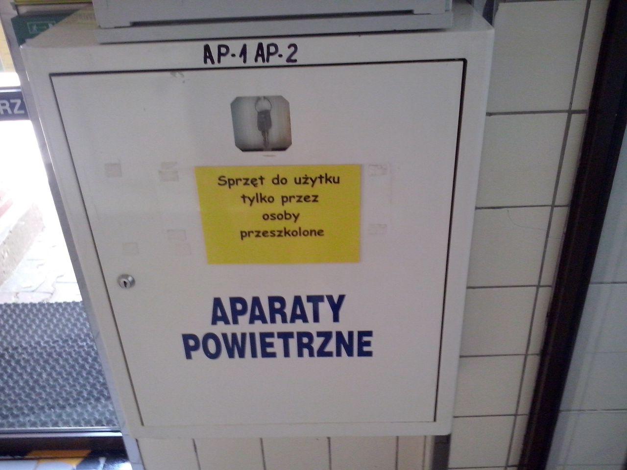- Andrzej, weź machnij taką karteczkę z ostrzeżeniem, ale wiesz, nie taką formalną. #czcionka #comicsans