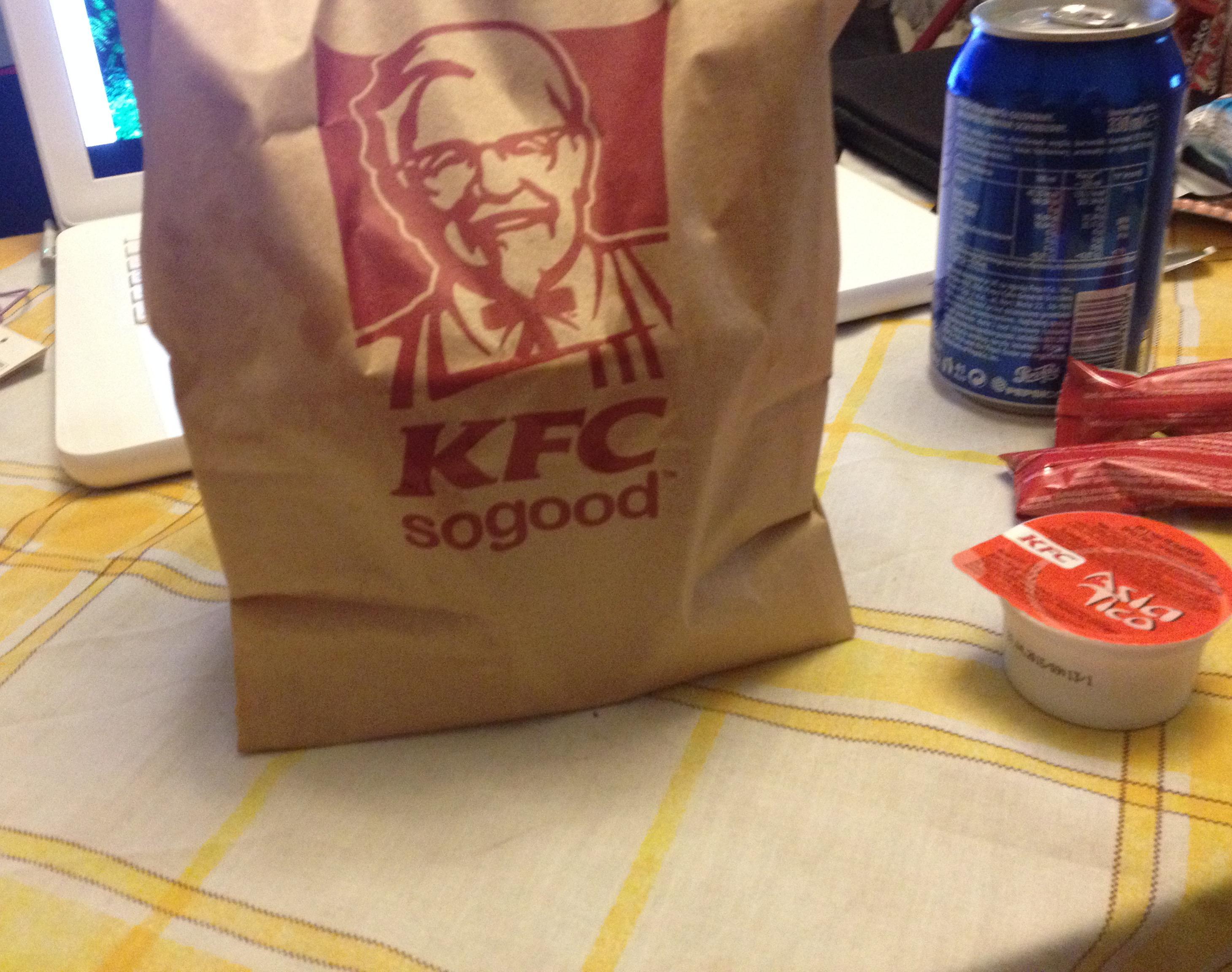 Papierowa torba, burger i już mamy Amerykę w Polsce.